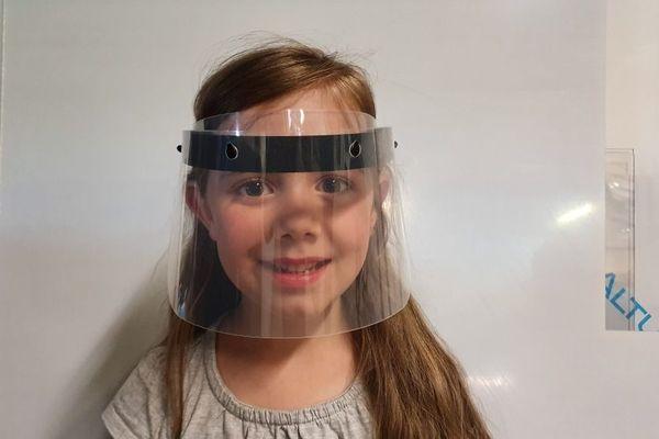 Les visières en polypropylène ont été adaptées à la taille de la tête des enfants.