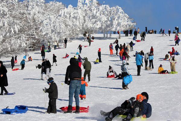 Avec la neige abondante et le soleil, le massif vosgien est pris d'assaut par les familles et les promeneurs, comme ici au Markstein (Haut-Rhin)