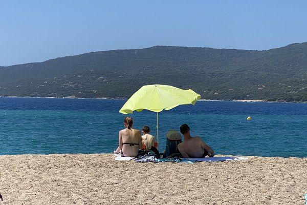 Illustration. Des touristes sur une plage en Corse, à l'été 2020.
