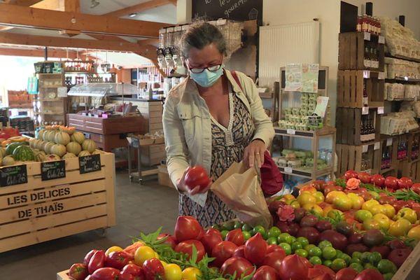 """Anne vient régulièrement faire ses courses aux """"Délices de Thaïs"""" à Basse-Goulaine, près de Nantes."""