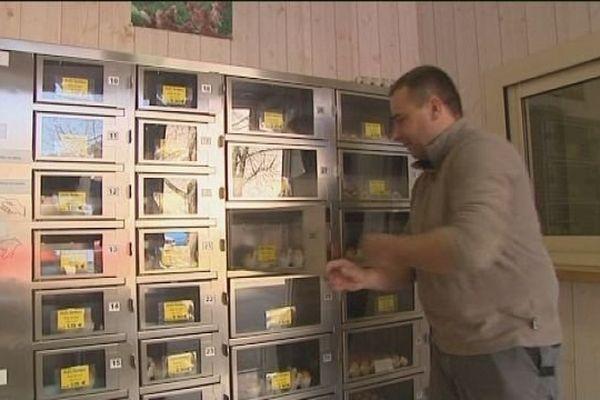 Thierry Mangel approvisionne tous les jours ses deux distributeurs d'oeufs frais, comme ici à Vesoul.
