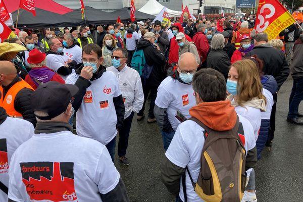 Manifestation devant l'usine Renault du Mans.