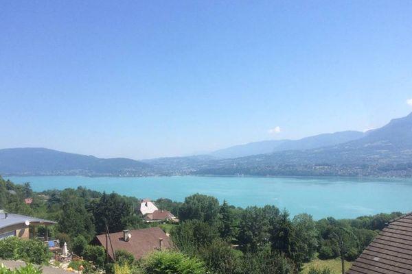 """Les français devraient partir en vacances plutôt en aout et en septembre cette année. Les professionnels du tourisme espèrent un effet """"été indien"""" sur les bords des lacs de Savoie et de Haute-Savoie."""