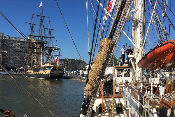 Le Belem quitte le port de Saint-Nazaire tandis que L'Hermione reste à quai,  24 mai 2019