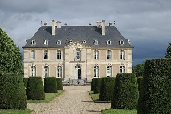 Dans le Calvados, un ciel menaçant sur le château de Vendeuvre, ce SAMEDI.