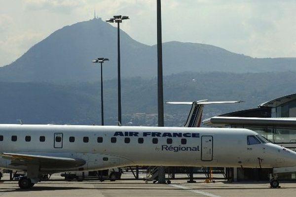 Un avion de la compagnie Régional, filiale d'Air France, sur le tarmac de l'aéroport de Clermont-Ferrand / Aulnat.