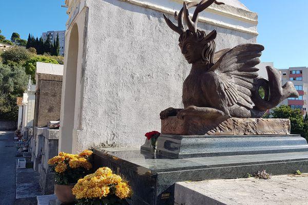 Cette création funéraire qui orne sa tombe a été réalisée par les mains de Jean Marais.