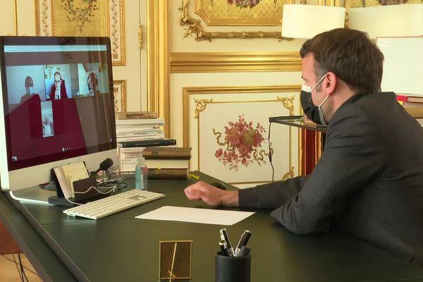 Emmanuel Macron en visio avec les élèves d'Oraison