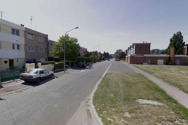 L'homme qui est mort des suites de ses blessures par balle se trouvait face au 15 rue Paul Eluard, à Avion.