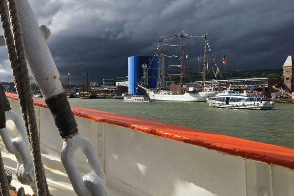 7 juin 2019 - Nuages au dessus de l'Armada de Rouen  quelques minutes avant le coup de vent de la tempête Miguel