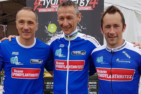 La cause de la spondylarthrite est affichée en grand sur le maillot des champions du monde de triathlon JMPP