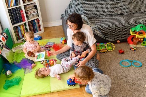Il y a de moins en moins d'enfants en bas âge à Lyon et la concurrence se tend entre les assistantes maternelles et les crèches. Il devrait y avoir 500 berceaux supplémentaires dans les crèches lyonnaises d'ici 2026