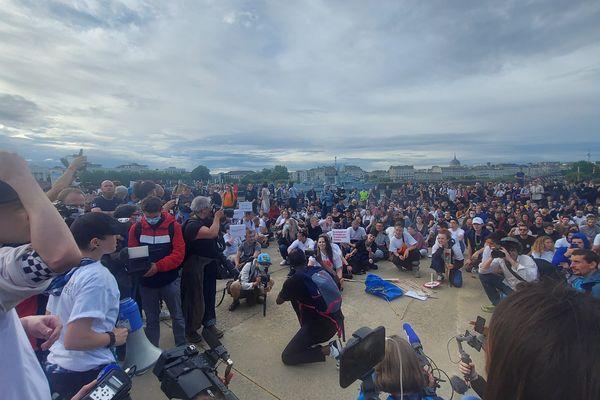 Sur l'île de Nantes, les participants à la marche blanche rendent hommage à Steve en début de soirée.
