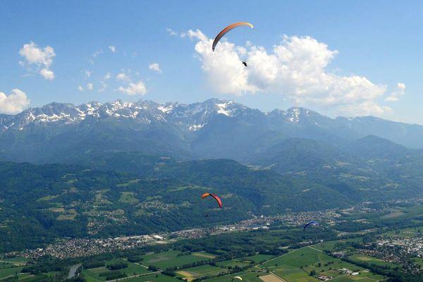Des parapentes au-dessus des Gaudes, à Saint-Hilaire du Touvet.