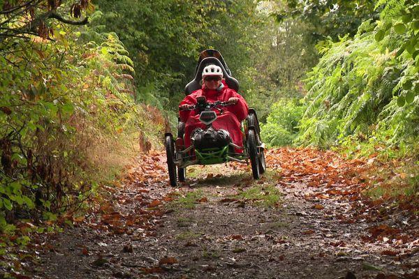 Cathy Hédieux parcourt en fauteuil roulant électrique la grande traversée du Morvan.