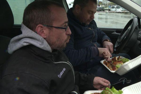 Avec la crise sanitaire, ces ouvriers ont recours au Système D pour déjeuner.