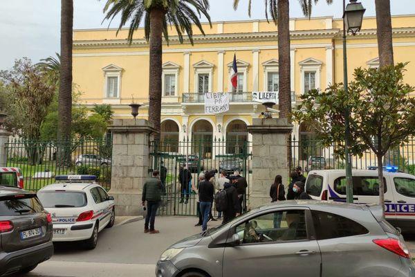 Une quinzaine de personnes se sont introduites dans les locaux de la préfecture d'Ajaccio.