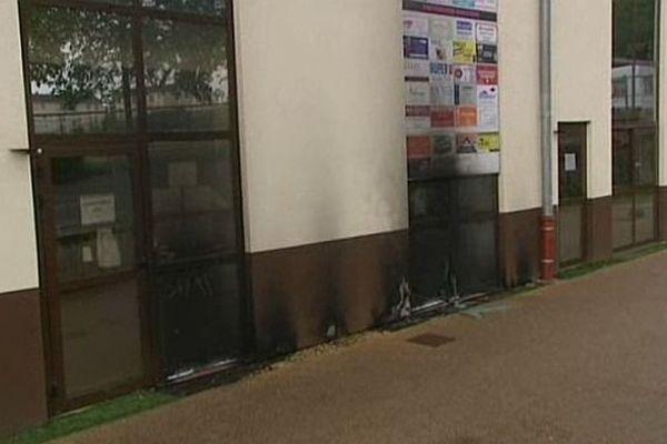 Deux individus ont tenté d'incendier la mosquée de Mâcon, en Saône-et-Loire, dans la nuit du samedi 25 au dimanche 26 avril 2015.