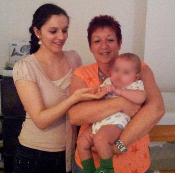 Lydie Maninchedda, sa fille Julie et son premier bébé, en 2014 en Allemagne.