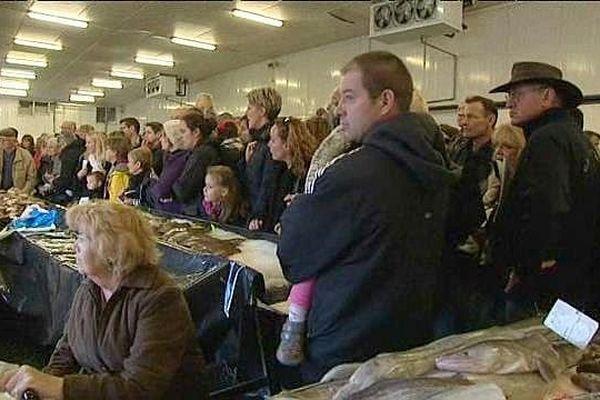 La foule se presse devant les étals pour acheter les coquilles Saint-Jacques (9 novembre 2014, Port-en-Bessin)