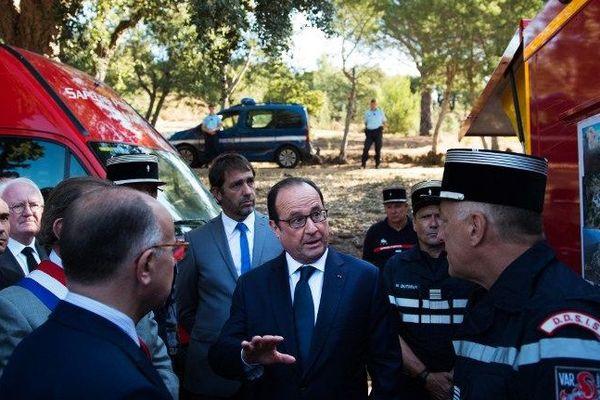 François Hollande est accompagné par Bernard Caseneuve, ministre de l'intérieur, dans le Var