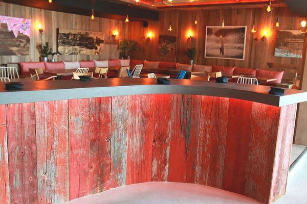 Le rouge des silos canadiens centenaires délavés par le temps donne une palette de couleurs incomparable à ce comptoir
