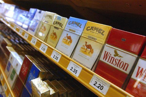 Vue réalisée le 13 novembre 2002 dans un bureau de tabac d'Ajaccio d'un étalage de paquets de cigarettes.