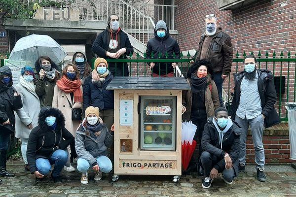 Amiens se dote d'un deuxième frigo partagé, à l'initiative de l'association En Savoir Plus et le collectif Robin.e.s des bennes, accompagnés par des étudiants du Foyer évangélique universitaire.