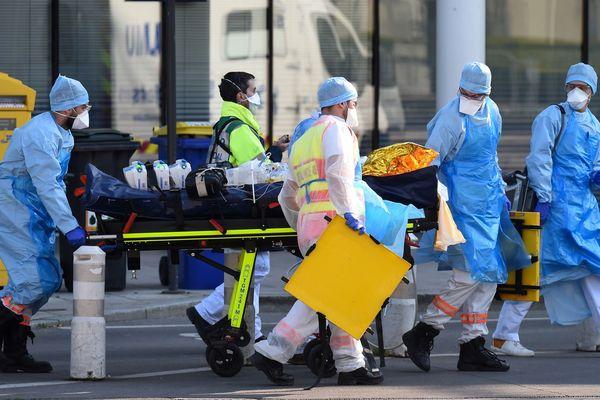 L'arrivée d'un patient médicalisé à Angers lors d'un arrêt du TGV sanitaire en provenance de Strasbourg