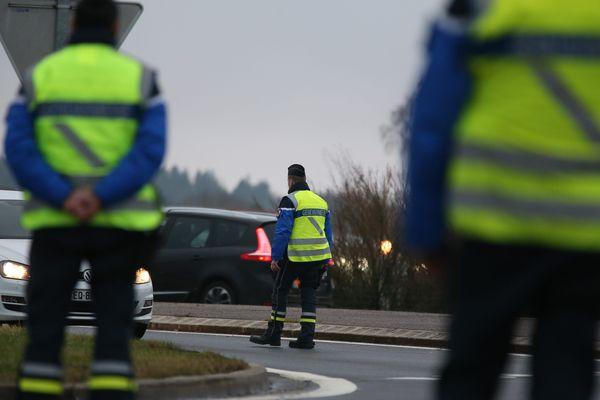 Les gendarmes rappellent qu'un conducteur qui roule à 140km/h, au lieu des 130km/h autorisés sur autoroute gagne seulement 3 minutes sur 100 kilomètres par contre il augmente sa distance de freinage de 15 mètres.