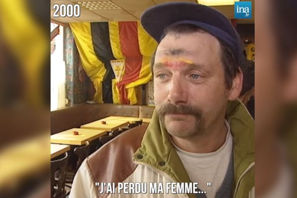 """Yves Levis en 2000 dans le bar """"Les Canaris"""" à Calais"""