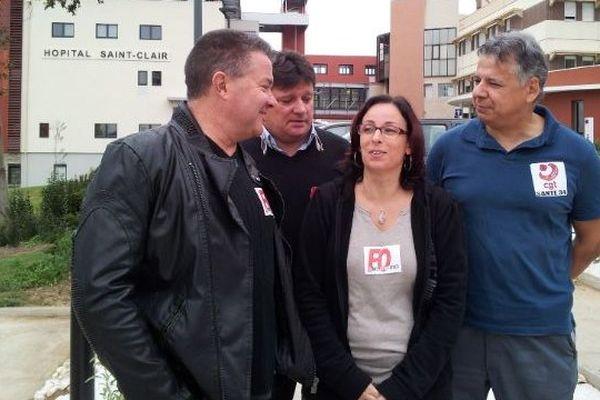 Les représentants syndicaux réunis devant le site sétois du CHIBT