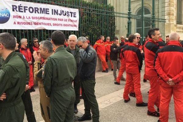 Les pilotes de la sécurité civile du Gard et du centre d'essais en vol d'Istres devant la préfecture de Nîmes pour manifester leur colère face à a réforme des retraites - 10 février 2020