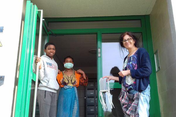 Sylvie Bodenes distribue les masques que l'association Ponta Pique et coud fournit gratuitement à tous les habitants du quartier.