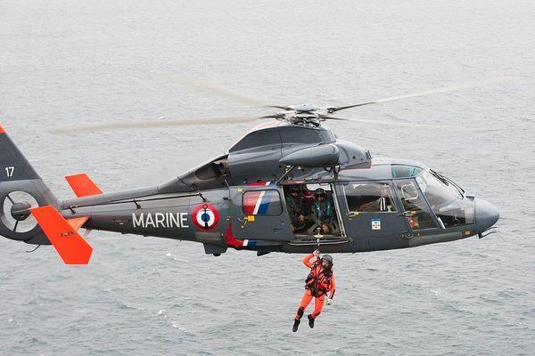 L'hélicoptère de la marine nationale en action.