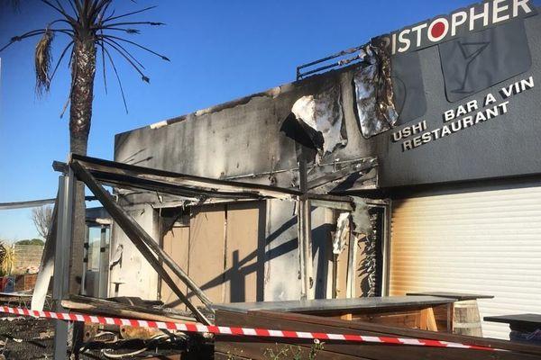 Les flammes ont consumé les terrasses, la devanture et une partie de la salle intérieure.