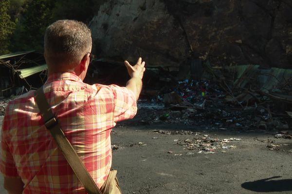 Un responsable de la communauté montrant l'ampleur des dégâts.