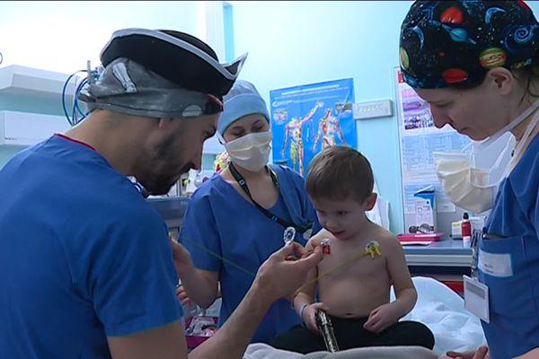 Hypnose conversationnelle : pour réduire le stress de l'enfant avant l'opération (Hôpital Femme Mère Enfant de Bron)