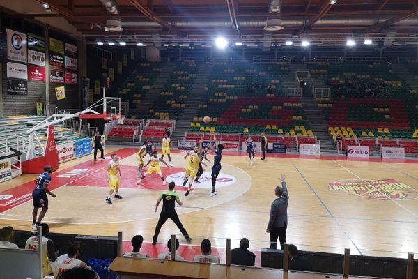 C'est un Palais des Sports vide que la JA Vichy Clermont Métropole a laissé échapper la victoire face à Nantes dans la dernière minute de jeu. Score 81 à 83 pour les Nantais.