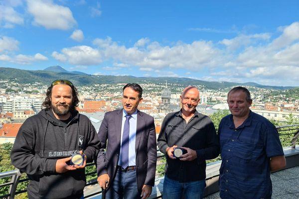 Luc Blin et Thierry Roehr ont reçu la médaille du Département du Puy-de-Dôme jeudi 29 juillet.