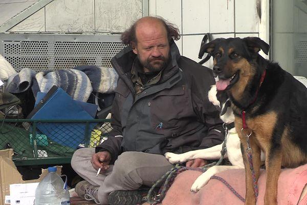 Frédéric Boudjemaa, sans-abri de 43 ans, a écrit un livre pour raconter sa vie dans la rue.