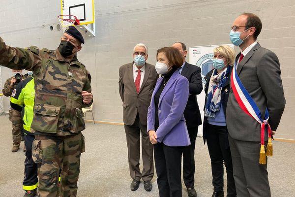 Pour la première fois, les militaires gèrent un centre de vaccination, à Olivet (Loiret) sous les yeux de Florence Parly, ministre des Armées.
