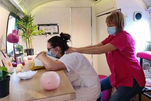 A l'intérieur de la caravane, une socio-esthéticienne prodigue des massages, conseils beauté ou des soins pour les mains.
