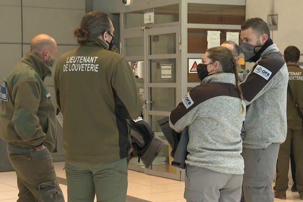 Jeudi 7 janvier : les louvetiers se sont rassemblés dans l'enceinte du tribunal de Nice pour soutenir leur collègue.