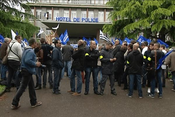 Rassemblement de policiers devant le commissariat central de Rennes
