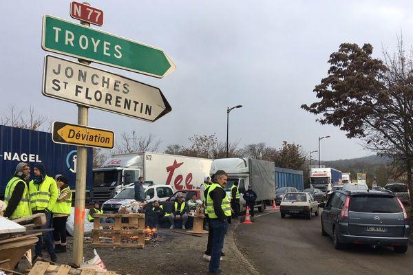 """Des """"gilets jaunes"""" sont toujours présents au rond-point de Jonches, près d'Auxerre, dans l'Yonne, mardi 20 novembre 2018."""