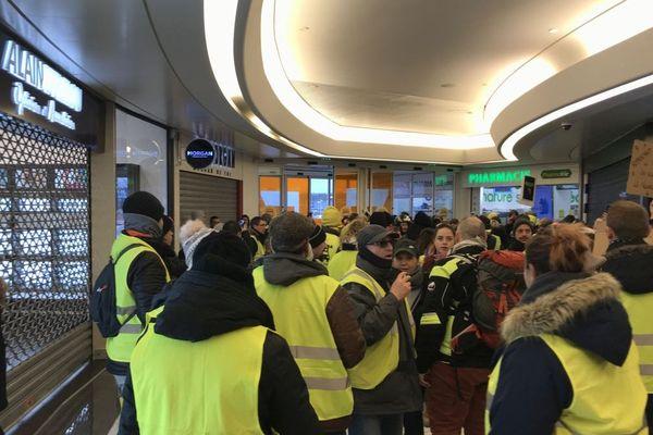 """Des """"gilets jaunes"""" au centre commercial de la Toison d'Or à Dijon samedi 2 février 2019 vers 14h30"""
