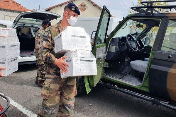 Les militaires du Puy-de-Dôme ont ditribué 65.000 masques dans les EHPAD du département ce lundi 13 avril dans le cadre de l'opération Résilience
