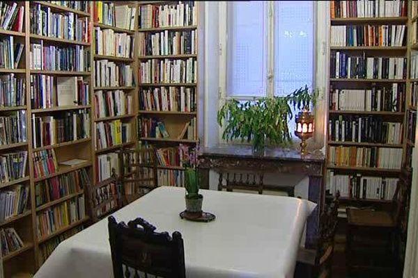 Au restaurant Le Poirier au loup, on peut déguster son repas en achetant un livre