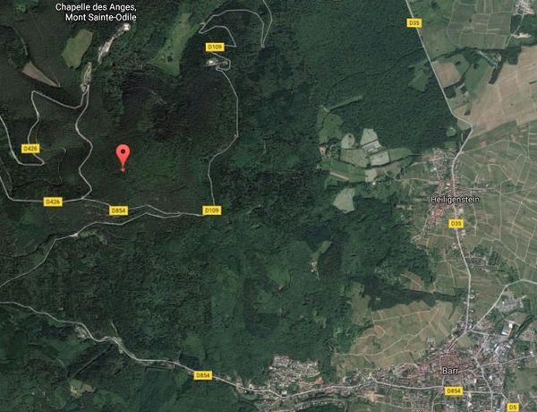 En rouge, le lieu exact du crash de l'A320. On constate l'éloignement des différentes routes qui sillonnent le secteur.